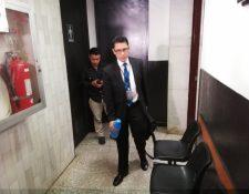 El fiscal Luis Mejía se retira tres horas después de haber explicado los indicios del caso contra el diputado Juan José Porras. (Foto Prensa Libre: Kenneth Monzón)