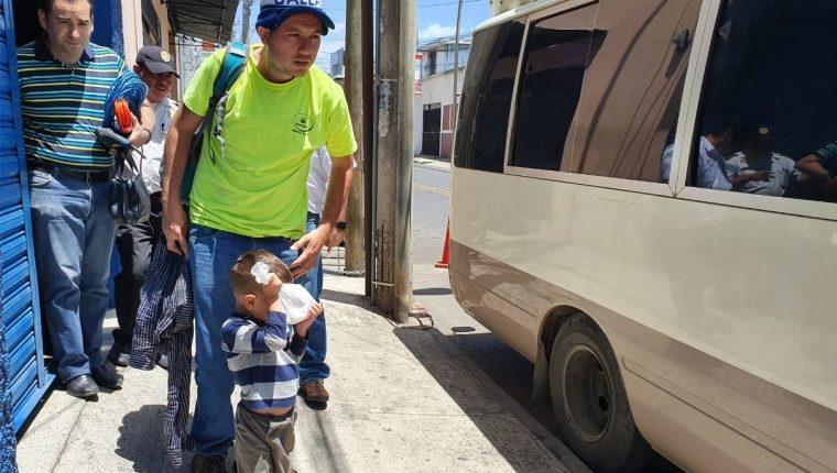 Un migrante salvadoreño intentó llegar a Estados Unidos con su hijo. (Foto Prensa Libre: Dadiana Cabrera).