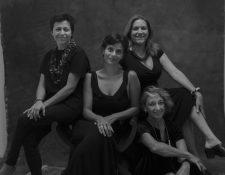 El grupo de artistas que durante julio representarán a Guatemala con sus obras en Viena.  -De izquierda a derecha- Eva Salazar, Paola Castillo, Luisa de Ayau y Rocío Villanueva.  (Foto Prensa Libre: Rocío Villanueva)