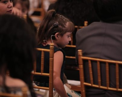 Niños con problemas auditivos fueron beneficiados con implantes cocleares. (Foto Prensa Libre: Juan Diego González)
