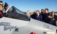 El presidente Jimmy Morales viajó a Argentina para negociar la compra de dos aviones Pampa III. (Foto HemerotecaPL)