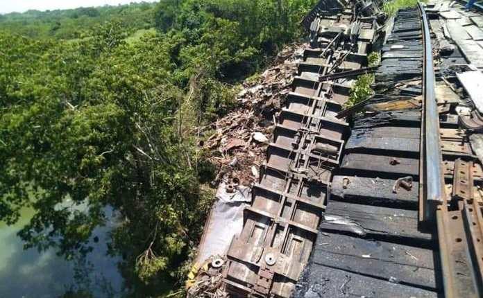 Seis vagones del tren conocido como La Bestia se descarriló. (Foto Prensa Libre: Alertachiapas.com)