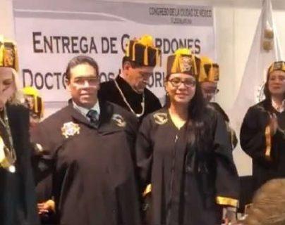 La conductora transmitió la entrega de su reconocimiento. (Foto Prensa Libre: @laurabozzo)