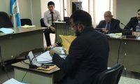 El perito Orlando Contreras mostró el celular de la exvicepresidenta Roxana Baldetti durante el debate al exmagistrado Gustavo Mendizabal. (Foto Prensa Libre: Juan Diego González)