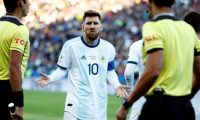 -FOTOGALERÍA- CAF25114. SÃO PAULO (BRASIL), 08/07/2019.- El futbolista argentino Lionel Messi reclama luego de ser expulsado durante el partido Argentina-Chile por el tercer puesto de la Copa América de Fútbol 2019, el 6 de julio de 2019, en el Estadio Arena Corinthians de São Paulo (Brasil). Messi protagonizó fuertes polémicas con el organismo rector del fútbol sudamericano (Conmebol), al señalarlo de corrupción y de supuestamente querer beneficiar al anfitrión del torneo, Brasil. EFE/Sebastião Moreira