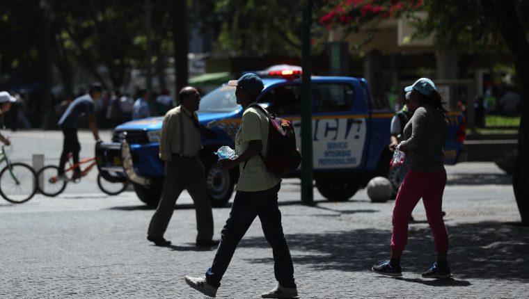 Una pareja de esposos salvadoreños venden dulces en el Centro Histórico para ganar dinero y continuar su viaje a EE. UU. (Foto Prensa Libre: Esbin García)