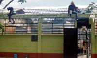 """REPARAN TECHOS DE 3 ESCUELAS QUE ESTABAN EN PÉSIMO ESTADO   POR MARIO MORALES  En pésimo estado estaba el techo de 3 escuelas de nivel primario del casco urbano de la ciudad de Chiquimula.  Profesores de las escuelas """"Rosa Flores Monroy"""", """"Los Ángeles"""" y de la """"Rayito de Luz"""" en donde imparten educación especial. Por ello elaboraron una solicitud  para la reparación de los techos  a las oficinas de la Dirección Departamental de Educación (DIDEDUC), para el remozamiento de techos.  Petición aprobada   Según Amparo de Jesús Rodríguez directora de la DIDEDUC la petición de los maestros fue aprobada por autoridades del Ministerio de Educación (MINEDUC)."""