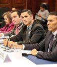El ministro de Trabajo, Gabriel Aguilera (derecha), escucha al diputado Amílcar Pop, durante la citación. Lo acompaña el viceministro Rolando Pernillo. (Foto: Cortesía)