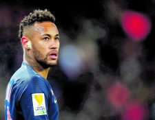 Un traspaso récord, goles espectaculares, un tratamiento médico polémico y ruido extradeportivo... De 2017 a 2019 Neymar ha hecho entrar al Paris Saint-Germain en una nueva dimensión, pero también en una telenovela donde cada uno de sus gestos protagoniza portadas en todo el mundo (Foto Prensa Libre: Hemeroteca PL)