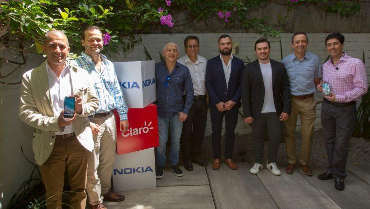 Representantes de Claro y Nokia junto a distribuidores en la presentación de los nuevos celulares Nokia. Foto Norvin Mendoza