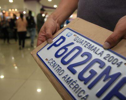 Este es el modelo de placas de metal que está vigente. (Foto, Prensa Libre: Hemeroteca PL).