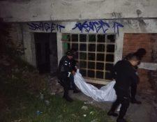Agentes de la Policía Nacional Civil trasladan uno de los cadáveres de las jóvenes a la morgue del Inacif. (Foto Prensa Libre: María José Longo)