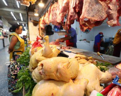 El precio de la libra de pollo aumentó, confirmaron los expendedores de carne y en los reportes de la Dirección de Planificación (Diplan).  (Foto Prensa Libre: Carlos Hernández Ovalle)