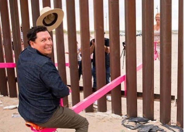 Los arquitectos Ronald Rael y Virginia San Fratello instalaron los subibajas en el muro fronterizo México- EE. UU. (Foto Prensa Libre: Instagram @carorosenblad)