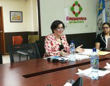 La subsecretaria de Conamigua, Rita Elizondo, conversa con diputados de la bancada Encuentro por Guatemala durante una citación. (Foto Prensa Libre: Sergio Morales)
