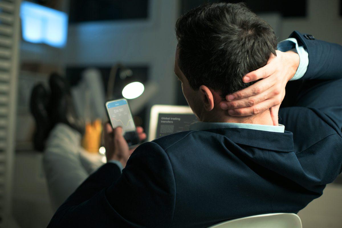 ¿El uso excesivo del celular deforma la columna cervical?