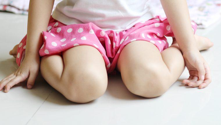 Sentarse en W es dañino para los niños porque aumenta la rigidez muscular y pone presión excesiva en las coyunturas de las caderas, rodillas, y tobillos. (Foto Prensa Libre: Servicios)
