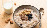 Puede utilizar la linaza como sustituto de granola en la fruta o yogurt o como complemento en su avena del desayuno. (Foto Prensa Libre: Servicios)