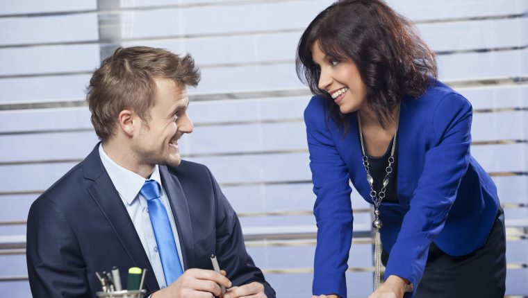 Es importante entender que hay riesgos altos al relacionarse amorosamente con alguien del lugar en el que trabaja, especialmente si el clima organizacional se ve afectado. (Foto Prensa Libre: Servicios)