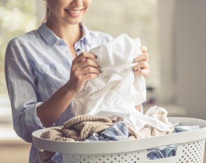 El paso del tiempo, mantener la ropa guardada por mucho tiempo y errores en los hábitos de lavado hacen que la ropa se percuda. (Foto Prensa Libre: Servicios)