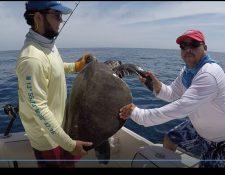Guadalupe y Cristopher, de apellido Franco, liberaron una tortuga parlama. (Foto Prensa Libre: Cortesía)