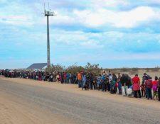 Grupo de migrantes detenidos por la Patrulla Fronteriza en Yuma, Arizona, en enero último. (Foto tomada de Arizona Public Media)