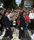 Fans de Los Beatles recordaron la icónica fotografía sobre el paso de cebra. (Foto Prensa Libre: AFP)