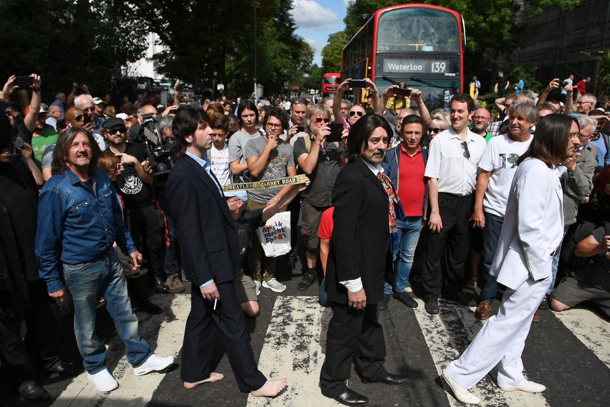 Seguidores de Los Beatles celebran 50º aniversario de la emblemática foto del disco Abbey Road