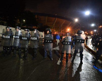 La policía antimotines se hizo presente en el estadio Tiburcio Carias donde se dieron los hechos violentos previo al clásico Maratón vs Olimpia. (Foto Prensa Libre: AFP)