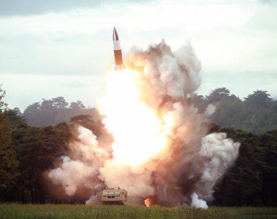 Fotografía de archivo en donde se captó uno de los ensayos de misiles de Corea del Norte. (Foto Prensa Libre: Hemeroteca PL)
