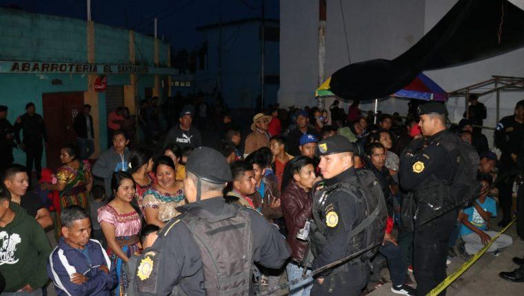 Agentes de la PNC resguardaron la sede de la Junta Electoral Municipal para evitar disturbios. (Foto Prensa Libre: Héctor Cordero).