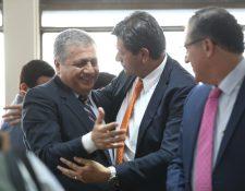 Remberto Ruiz -izq- recibe abrazos luego de ser favorecido por el juzgado. (Foto Prensa Libre: Carlos Hernández)