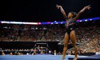 Simone Biles sorprendió al mundo con un espectacular salto. (Foto Prensa Libre: AFP)