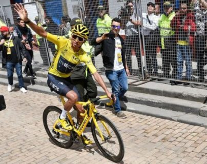 AFP Zipaquirá, el pueblo natal del colombiano Egan Bernal, campeón del Tour de Francia, lo recibió con un gran homenaje este miércoles. El ciclista recorrió las calles en su bicicleta y fue aplaudido como un héroe. AFP