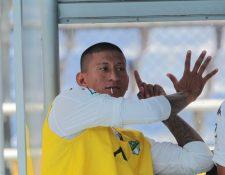 Stheven Robles hace la seña del hexacampeonato a la afición roja. (Foto Prensa Libre: Norvin Mendoza)