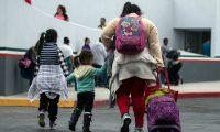 El gobierno de Estados Unidos busca extender el tiempo que detiene a familias de migrantes que cruzan de forma indocumentada.