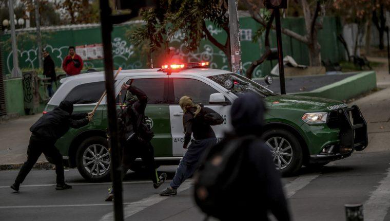 """Los estudiantes contrarios a la política de """"Aula Segura"""" han mantenido enfrentamientos violentos con la policía en la capital de Chile, Santiago. GETTY IMAGES"""