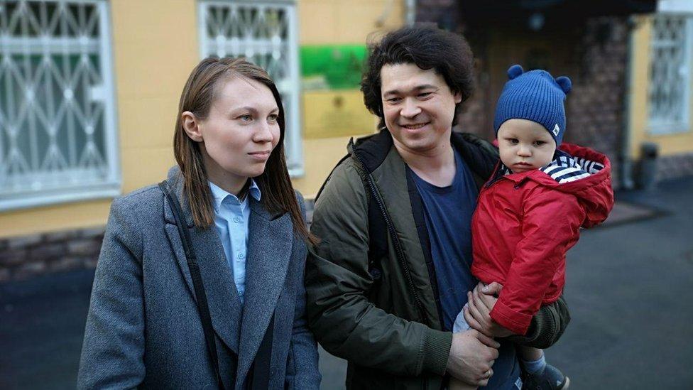 Protestas en Rusia: la pareja que puede perder la custodia de su hijo de un año por llevarlo a una manifestación