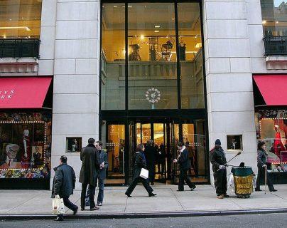 Barneys New York está situada en Madison Avenue, que cruza Manhattan de norte a sur y es conocida por que en ella se encuentran las tiendas de los diseñadores más prestigiosos de la moda.