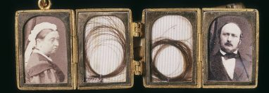 Un memento mori con las fotos de la reina Victoria y el príncipe Alberto y dos mechones de pelo.