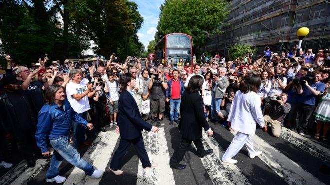 Los Beatles en Abbey Road: los miles de fanáticos que se reunieron para recrear la mítica foto en su 50 aniversario