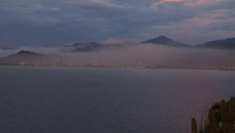 Desde la distancia es visible la nube de contaminación que envuelve completamente la ciudad de Guanta.