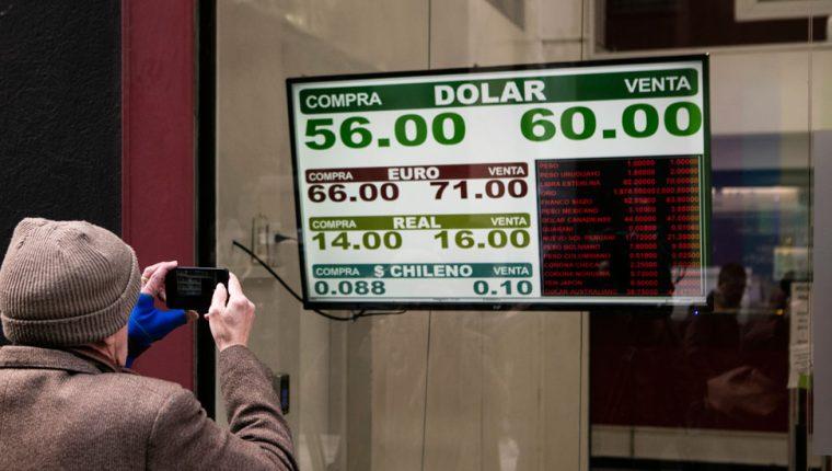 El dólar aumentó más del 30% tras los resultados electorales del domingo, pero aún queda ver qué poder tiene el gobierno para controlarlo. GETTY IMAGES