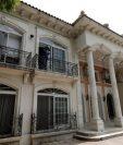 Cuatro pilares adornan la entrada de una residencia subastada por el gobierno de México.