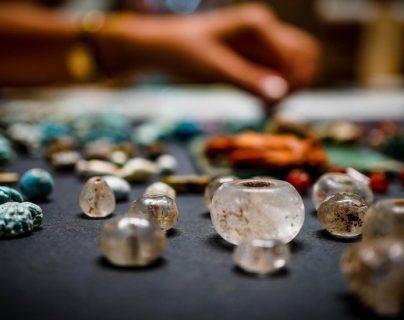 Decenas de amuletos y cuentas de vidrio fueron encontrados entre las ruinas de Pompeya. EPA