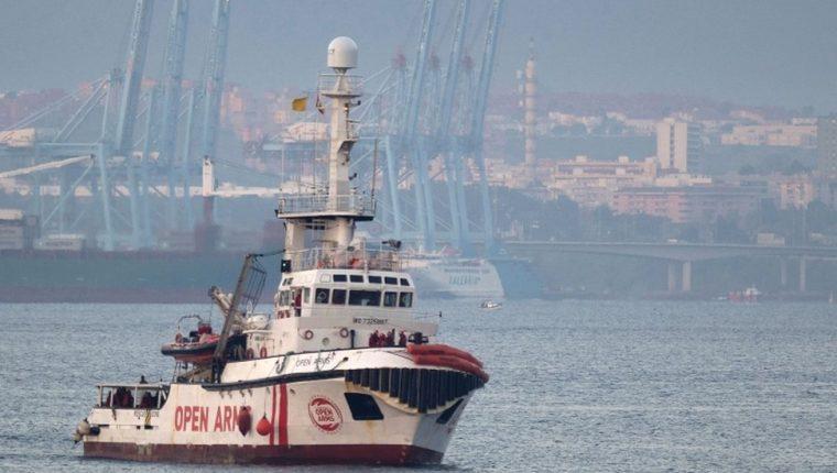 El Open Arms, de bandera española, lleva varios días cerca de las costas de la ciudad italiana de Lampedusa sin poder atracar. AFP