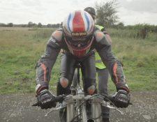 Neil Campbell, de 45 años, alcanzó una velocidad de 280,55 km/h en una bicicleta especial de US$18.000
