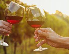 Si vas a beber vino y quieres cuidar tus intestinos, mejor que sea tinto.