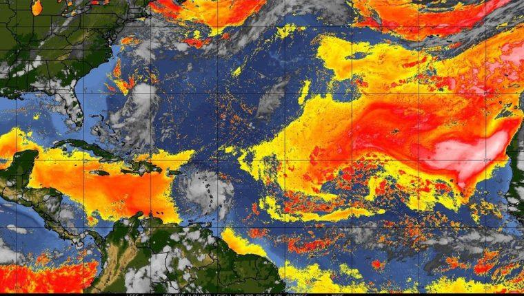 La imagen de satélite muestra en rojo y amarillo la influencia del polvo del Sahara en el calentamiento de la atmósfera en el Atlántico. NOAA