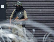 Un personal de seguridad hace guardia en una calle de Srinagar el 28 de agosto de 2019. El valle del Himalaya está bajo un estricto bloqueo, con movimientos restringidos y con servicios de telefonía e Internet cortados desde el 5 de agosto.
